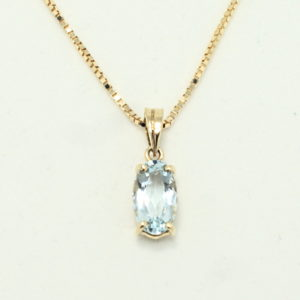 Yellow gold oval aquamarine solitare necklace.
