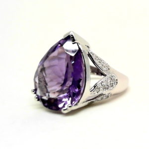 14kt white gold ring with 15.48 ct amethyst